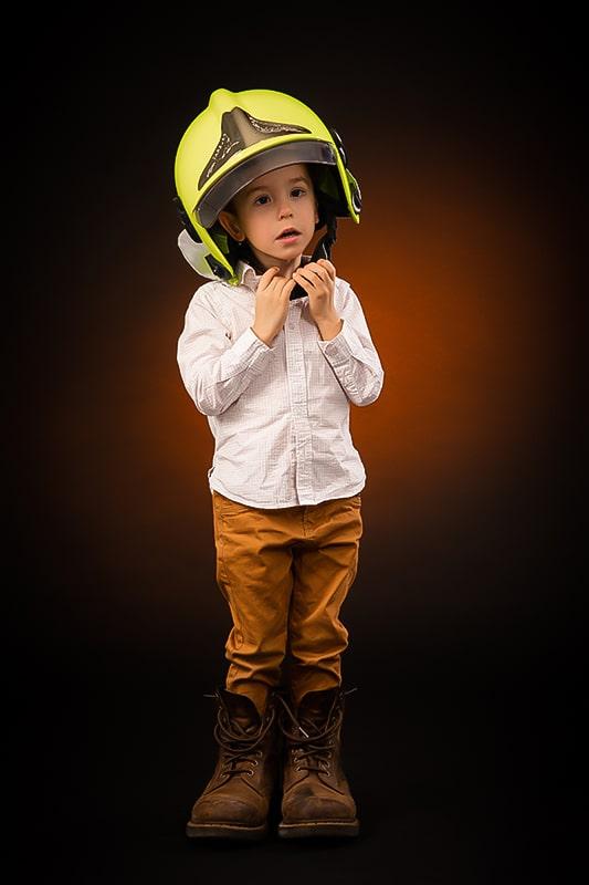 shooting photo enfant avec casque de pompier