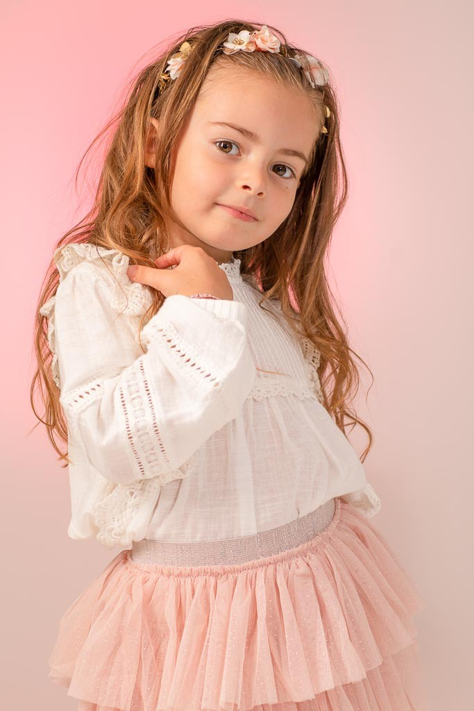 photo de petite fille en studio